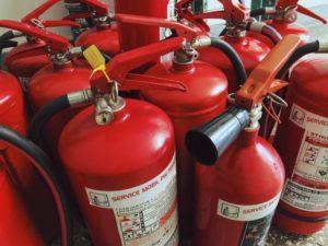 Feuerlöscher zur Entsorgung bereit