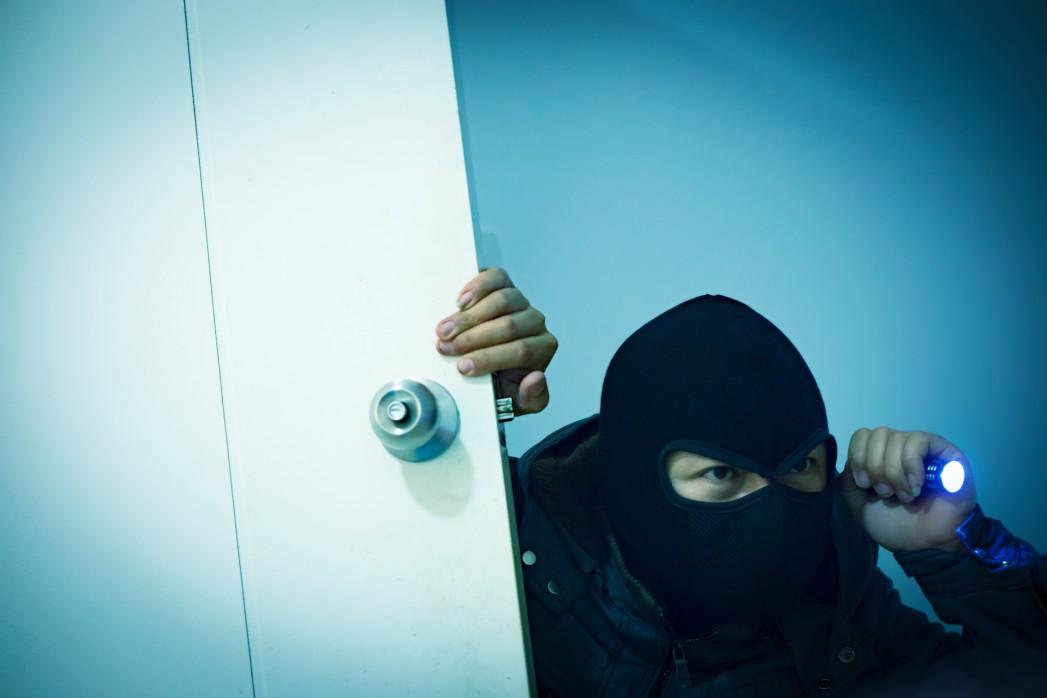 Einbrecher kommt durch Wohnungstür