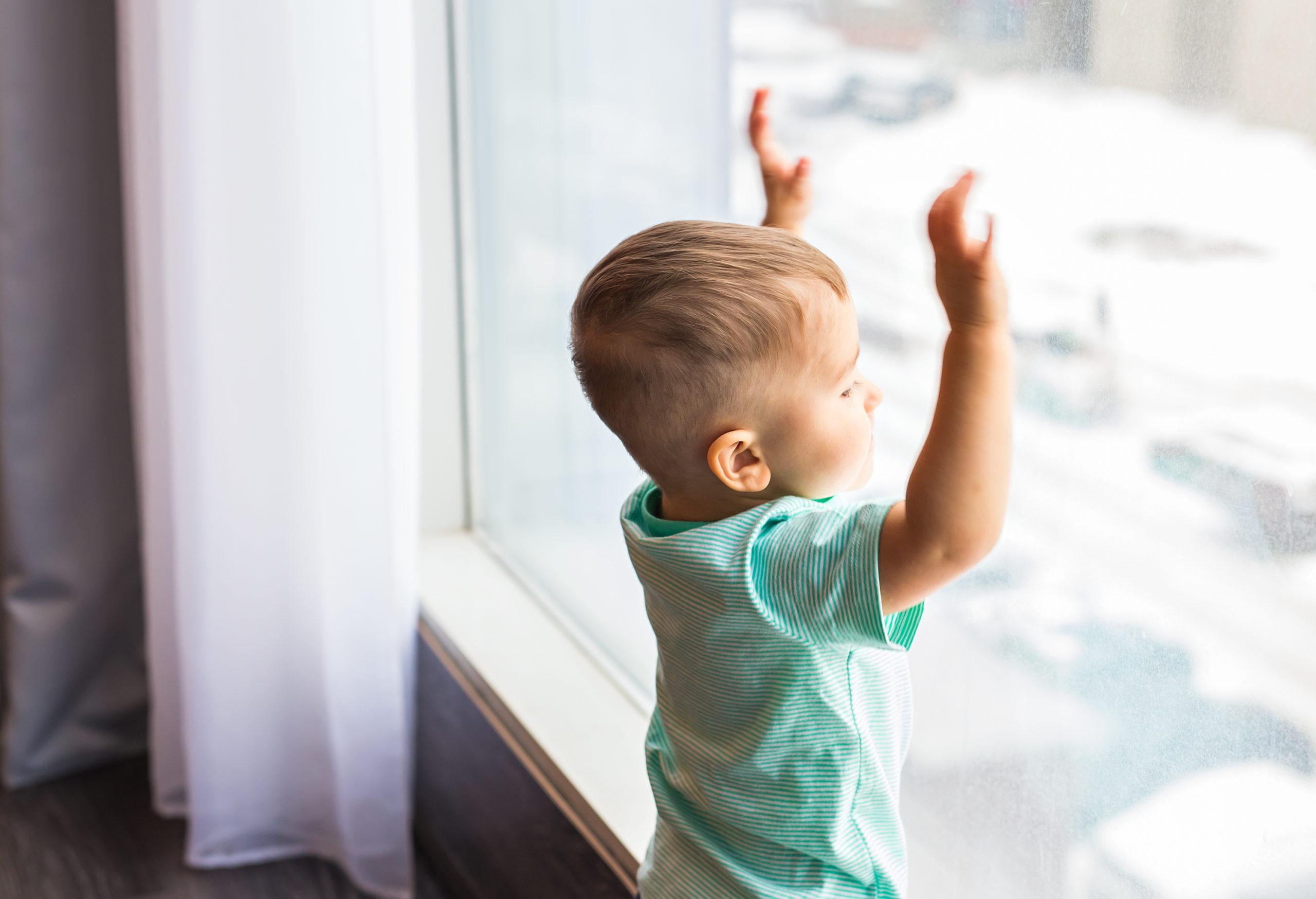 Kleiner Junge am Fenster