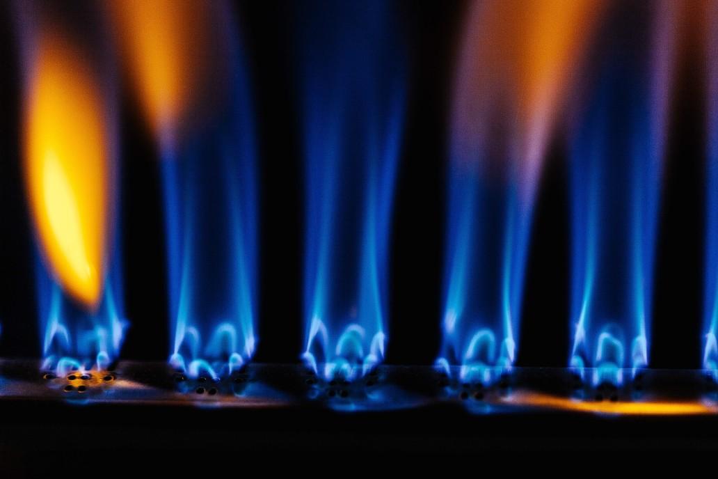Erdgas verbrennt in Gastherme