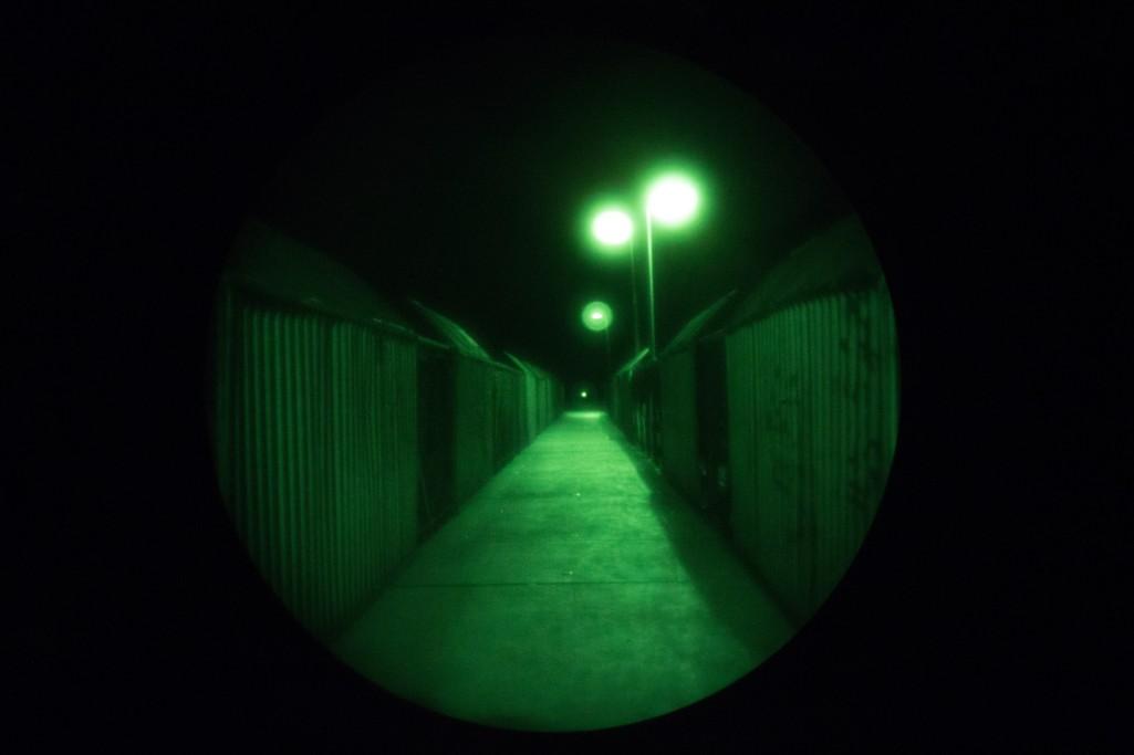 Nachtsichtkamera mit Blick auf einen Weg